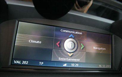 BMW-jev i-drive omogoča upravljanje s telefonijo, klimatsko napravo, radiem itd.