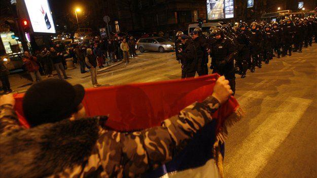 Po razglasitvi neodvisnosti na Kosovu je v več mestih v Srbiji prišlo do protestov, ki so se spremenili v izgrede in spopade s policijo.