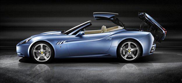 Ferrari california je dvosedežni roadster, namenjen uživačem, ki se ob slabem vremenu in pozimi nočejo voziti naokrog s platnom nad glavo.