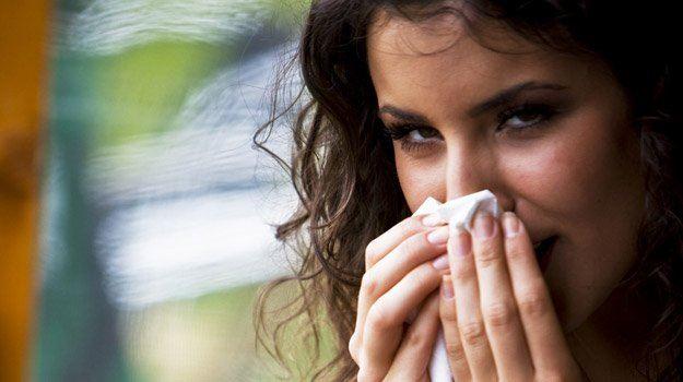 Pa se je začelo. Hitre ohladitve, nepričakovan dež, nihanja z mrzlega na toplo … Kaj hitro je tu prehlad, za katerega še vedno nimamo najbolj učinkovitega zdravila.