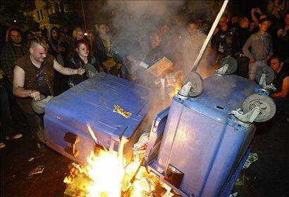 V Berlinu je ponoči prišlo do izgredov, okoli 200 večinoma vinjenih protestnikov je napadlo policijo