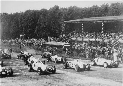 Start dirke v Donington Parku v Veliki Britaniji leta 1937. Rosemeyer vozi auto-union type C s štartno številko 5.