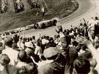Pozdravljanje navdušenih gledalcev nemškega prvenstva v gorskih dirkah v Schauinslandu leta 1936