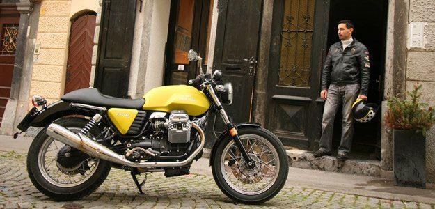Retro Moto Guzzi V7 je osvežitev motociklistične ponudbe. Klasično oblikovanje in zasnova nas namreč vračata v že pozabljeno dimenzijo vožnje - križarjenje!