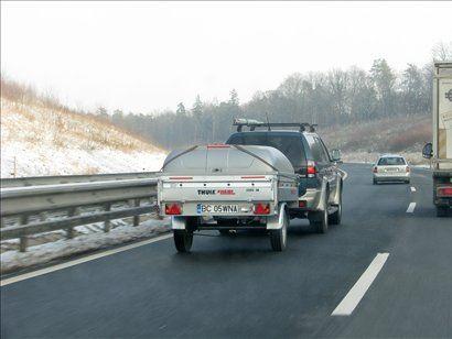 Največja dovoljena hitrost pri vleki lahkega priklopnika na avtocesti je 80 km/h!