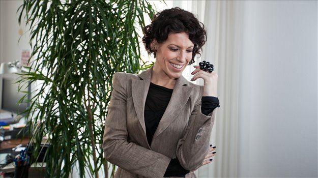 Primorka, sprva znanka z malih ekranov, že šest let sedi v parlamentu. 34-letnica, za katero mnogi trdijo, da je najlepša med poslankami, poudarja, da večina njenih oblačil nosi slovenski podpis.