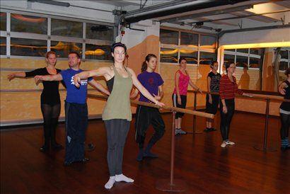 Študenti Akademije za ples pri uri Baleta predavateljice Mojce Bandelj