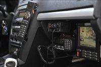 Policist na sovozniškem sedežu ima pred seboj zaslon, ki kaže sliko s kamere.