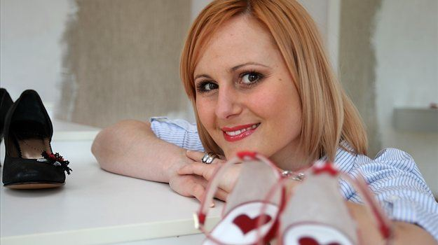Alja Novak Viryent je modna oblikovalka, ki se ukvarja z unikatnim oblikovanjem in izdelovanjem čevljev.
