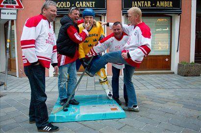 Razposajeni Danci nad plastičnega Šveda. <b>Kliknite za povečavo.</b>