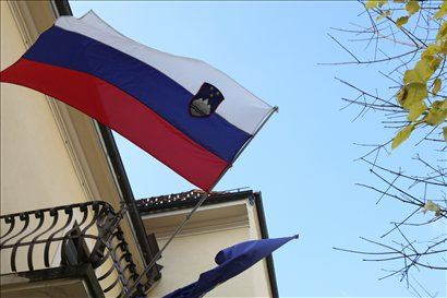Edino pravilno izobešanje zastave je izobešanje na jamboru ali drogu, pri čemer je pomembno, da je drog nagnjen v kotu med 45 in 90 stopinjami glede na podlago.