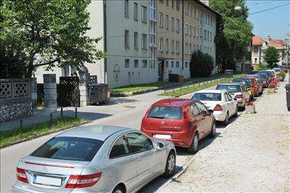Do levega roba vozišča je več kot tri metre, kljub temu pa so po prvem juliju letos vozila nepravilno parkirana.
