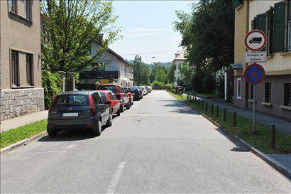 Prometni znak pozna vsak, zato na desni strani ni parkiranih vozil. Tudi po starem ZVCP pa so napačno parkirana vozila na levi strani ceste v smeri svoje vožnje.
