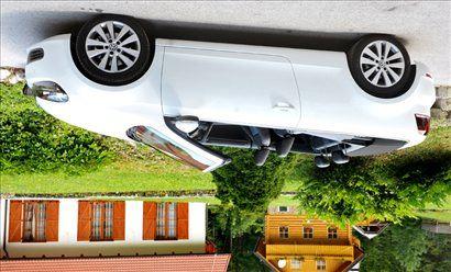 Če gre cabrio na streho, se za zadnjima vzglavnikoma sprožita varnostna ščita.