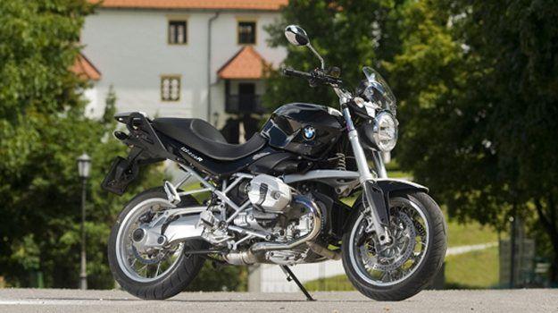Bavarski klasični nagec BMW R 1200 R zdaj ponuja tudi različico z naperami in izpopolnjenim pogonskim agregatom ter skupaj s sodobnimi elektronskimi rešitvami ohranja neverjetno vozniško veselje.