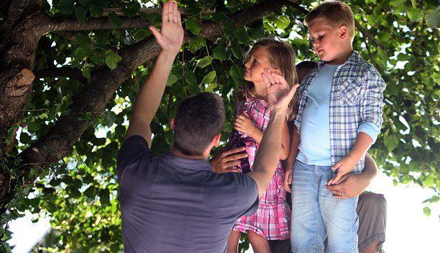 Pred snemanjem poljuba v krošnji. Režiser Jure Matjažič, Noa Frančeškin in glavni junak Tjaž Derganc.