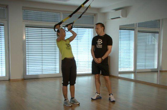 Zadnja vadba, ki jo predstavljamo v prvem sklopu TRX vaj, je namenjena treningu zgornjega dela telesa, zato se izvajajo vaje za ramena, biceps in triceps.
