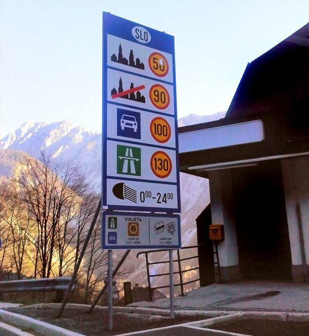 Predpis se je zamenjal, prometni znaki pa še ne (fotografirano 17. novembra 2011)