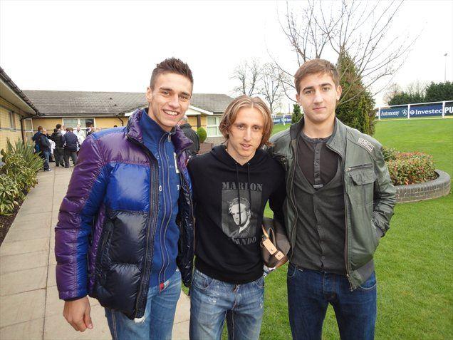 Gregor Bajde (levo) in Andraž Šporar (desno) v družbi zvezdnika Tottenhama, Hrvata Luke Modrića.