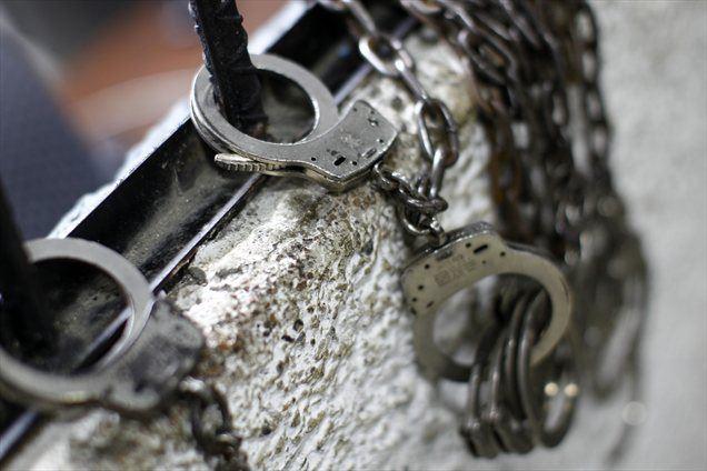 Med glavnimi razlogi, da se slovenski državljani znajdejo v zaporih v tujini, so prometni prestopki, kazniva dejanja v zvezi z migracijsko zakonodajo in seveda mešetarjenja s prepovedanimi drogami.