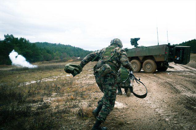 V zgornjem videu si lahko ogledate, kaj sodobni bojni voz in zares dobro izurjeni domači vojaki pomenijo tam, kjer napeto ozračje presekajo rafali.