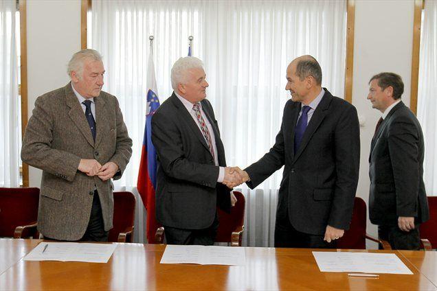 Predsedniki petih strank desnosredinske koalicije so s poslancema italijanske in madžarske narodne skupnosti podpisali dogovor o sodelovanju narodnih skupnosti z vlado v obdobju 2012 - 2015.