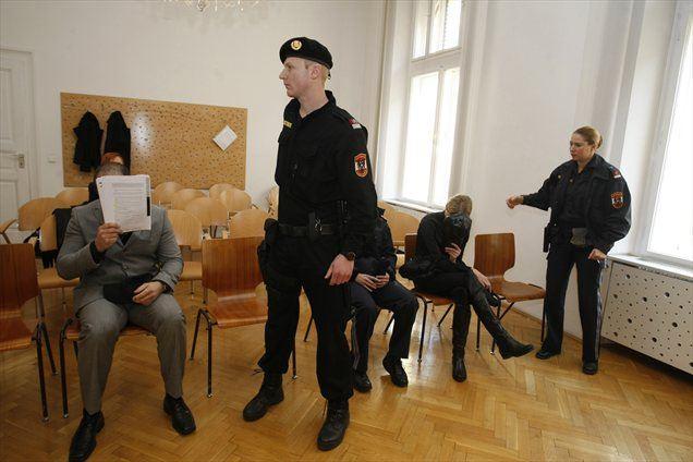 Zakonca Karner naj bi vodila mrežo preprodajalcev anaboličnih steroidov, z njihovo prodajo pa sta po ocenah avstrijske policije zaslužila okoli 38 milijonov evrov.