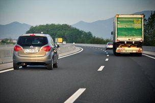 Ne varčujte z vožnjo za tovornjakarji, raje se naučite varčno prehitevati.