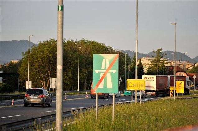 Če bi Manja vožnjo v službo začela pozneje, bi na tem križišču rdečo luč gledala vsaj trikrat.