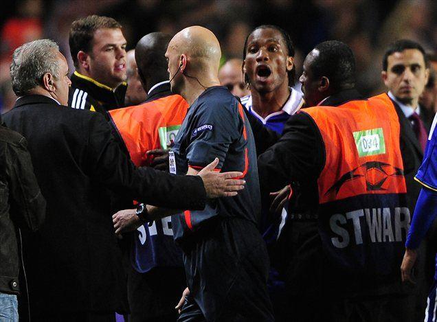 Tom Henning Ovrebo je s sojenjem na povratni tekmi med Chelseajem in Barcelono razburil nogometaše Chelseaja.