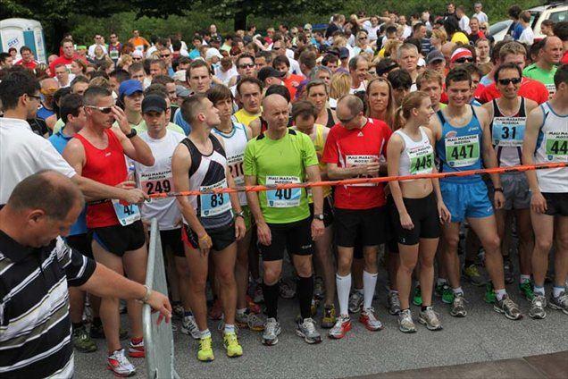 Tekači pred štartom lanskega Malega Maratona Mozirja.