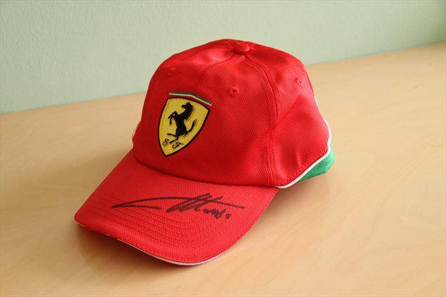 Izkupiček dražbe Ferrarijeve kape s podpisom Fernanda Alonsa bodo dobili varovanci Varstveno delovnega centra Mozirje.