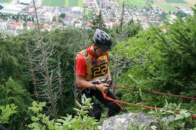 Spust po vrvi na lanskoletni preizkušnji Adventure race Slovenia.
