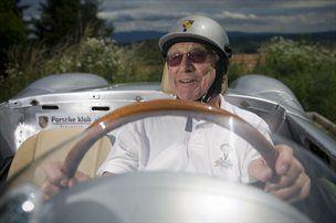 David White za volanom srebrnega lepotca.