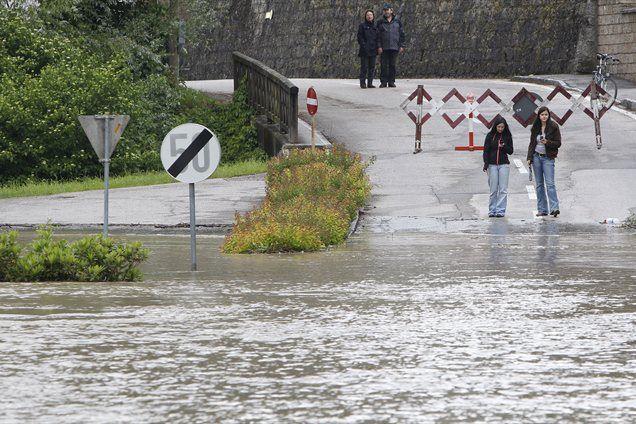 Več območij v Avstriji so zajela huda neurja s točo, močnim vetrom in obilnimi padavinami. Z več območij poročajo o zaprtih cestah, poplavljenih kleteh in uničenih kmetijskih pridelkov.
