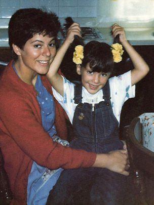 Iris pri petih letih z mamo, ki je bila samohranilka.