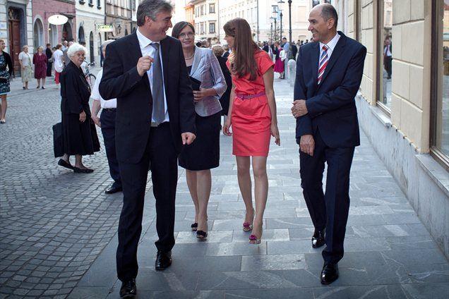 Z izvolitvijo Milana Zvera za predsednika pa bi se po Janševem mnenju 'popravila zgodovinska krivica, ki je je bil deležen Jože Pučnik na prvih volitvah'.