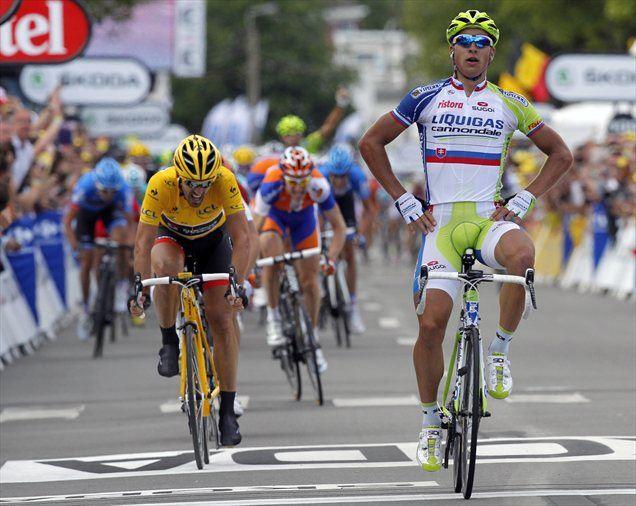 Peter Sagan pred Fabianom Cancellaro.