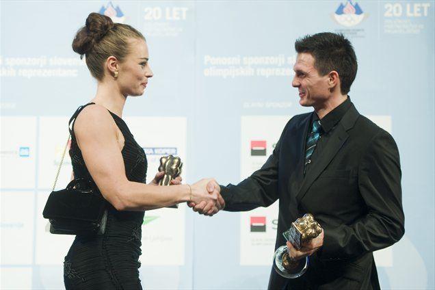 Športnika leta 2011: Tina Maze in Peter Kauzer. Prva je nosila slovensko zastavo na odprtju ZOI 2010, slednji jo bo na OI 2012