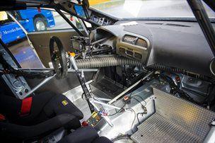 V notranjosti dirkalnika le najnujnejše.
