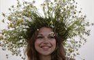 Dekle z marjeticami na festivalu Ivana Kupola v Belorusiji. Foto: Reuters