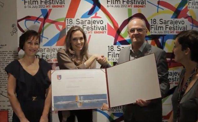 Angelina v Sarajevu ob prejetju častnega naziva.