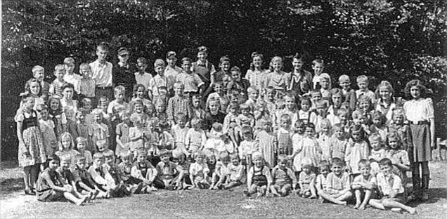 Otroci s Petrička, skrajno desno pa upravnica, ki so jo imenovali črna vdova.