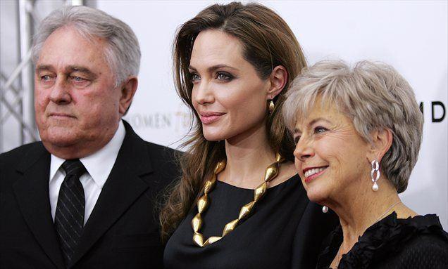 Angelina v družbi Bradovih staršev.
