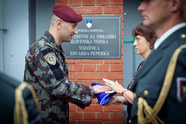 Danes je potekala slovesnost ob preimenovanju nekdanje Vojašnice Franca Rozmana Staneta v Vojašnico Edvarda Peperka, ki je v osamosvojitveni vojni dal življenje za domovino.