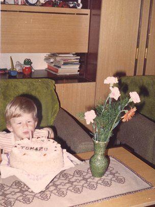 Tomaž za rojstni dan, ko je praznoval dve leti.