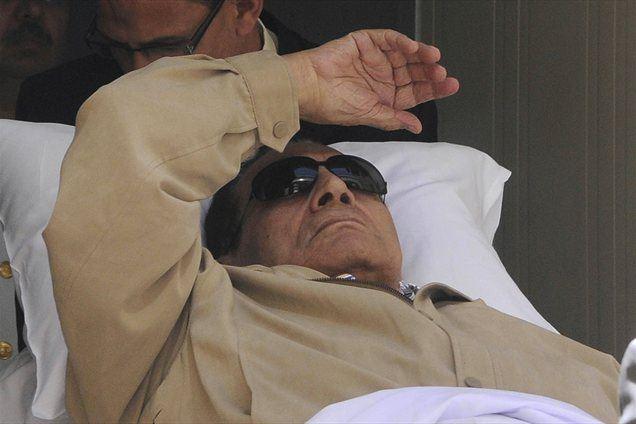 Egiptovsko tožilstvo je zahtevalo premestitev nekdanjega predsednika Hosnija Mubaraka, ki je bil obsojen na dosmrtno ječo, v zapor, saj se je njegovo zdravstveno stanje izboljšalo.