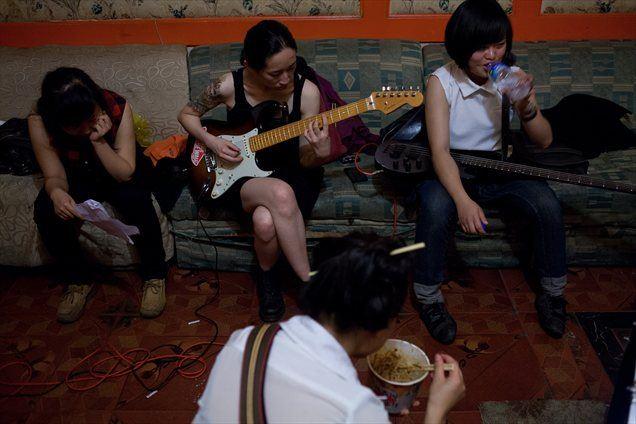Rock glasba se je na Kitajskem pojavila v osemdesetih letih prejšnjega stoletja na celinskem delu Kitajske, natančneje v prestolnici Peking.