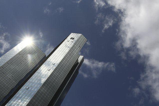 V odziv na že dalj časa zaostrene razmere na finančnih trgih nameravajo pri Deutsche Bank odpustiti 1.000 zaposlenih.
