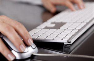 Z drobno ščetko lahko izza tipk na tipkovnici računalnika očistimo prah in smeti.